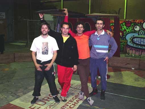 Pablo, eu, Ley e José - amigos da Troupe de Circo Cortocirquito (Hospitalet - Barcelona - março de 2004)