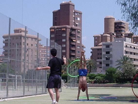 Eu e Xavier - participando das olimpíadas do encontro de malabaristas da Universidade de Valencia (Unimalabar) - julho de 2004.