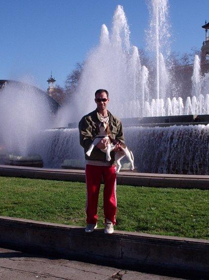 Eu todo contente com meu cachorrinho Billy na Fonte da Praça Espanha (Barcelona)