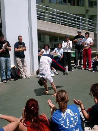 Brincando um pouco na roda ginástica da Gimnastrada dos INEFs da Espanha em La Coruña, maio de 2003.