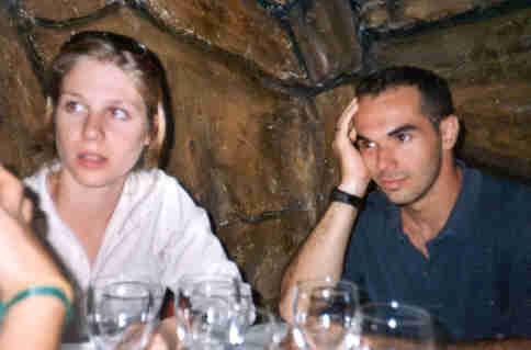 Eu e Malu jantando com amigos num bar caverna em Huesca - Espanha, junho de 2001
