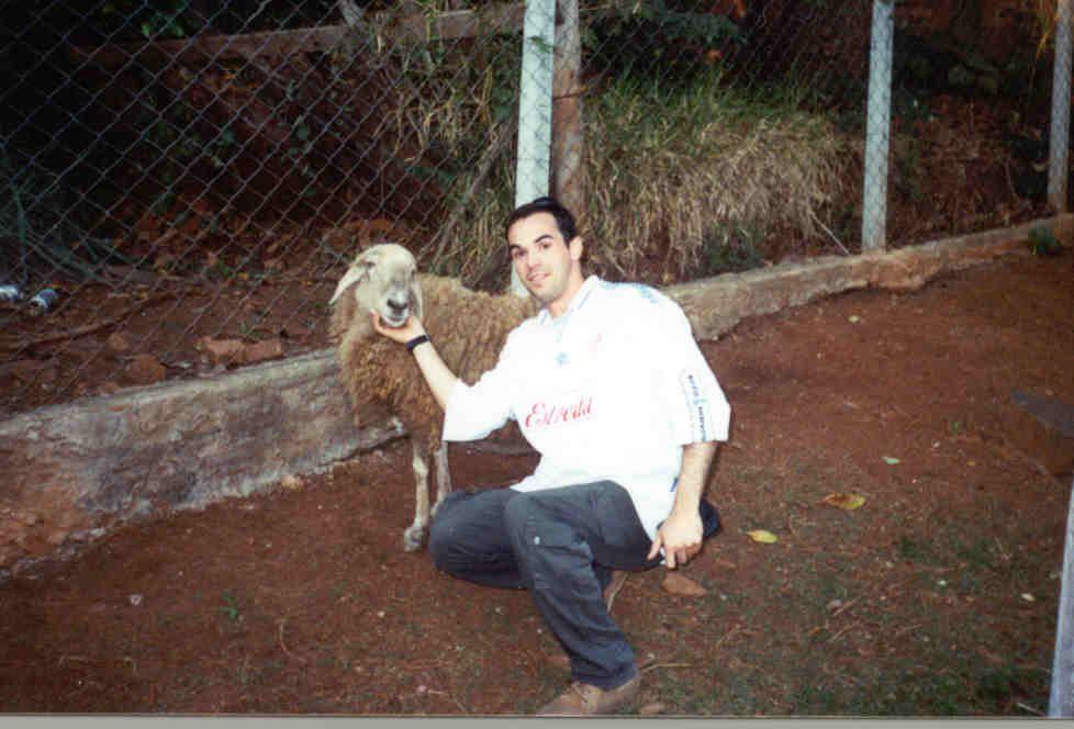Marco e nossa querida ovelha Salomé - in momoriam - junho de 2002 Rep. Pocilga