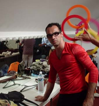 Preparando-se no camarim para sair a atuar com a Companhia La Cremallera Teatre no Festival de Teatro e Circo de Soria (Espanha, julio de 2004) - Meu amigo malabarista Joshu. Espetáculo Olla Barejada
