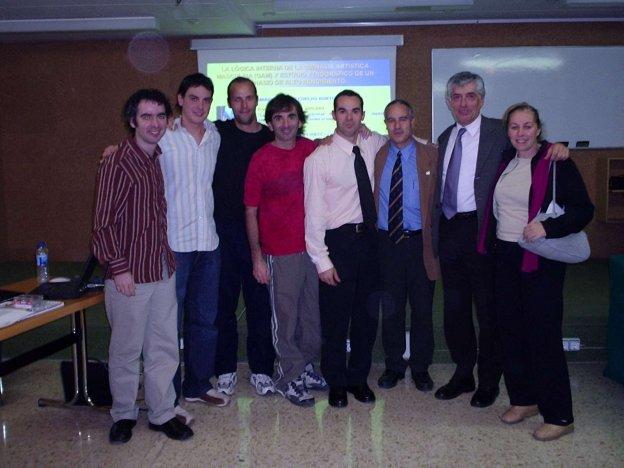 Eu e meus companheiros do Grupo de Estudos Praxiológicos (GEP) que vieram apoiar na banca do doutorado (INEFC Lleida, 5-11-04)