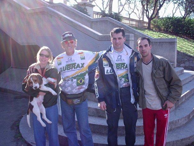 Eu, Maria Luisa com os pilotos Luiz Antonio Azevedo e Joramir Martenic uns minutos antes da largada para o Rally Barcelona-Dacar (31-12-2004)
