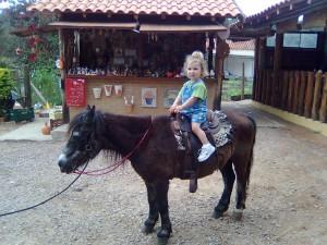 Leticia passeando no ponny Mortadela em Souzas - Campinas, set, 09