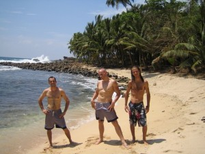 Eu, Julian e Marc na praia no Sri Lanka, 2004