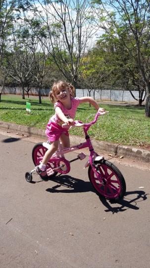 Alicia brincando de bicicleta, out. 2015