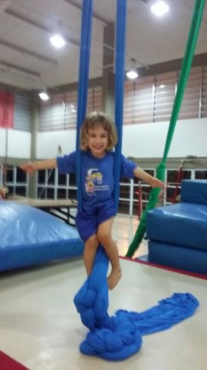 Alicia, brincando no tecido do Labfef - UNICAMP, abril de 2015