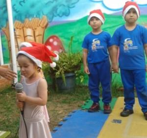 Alicia cantando na festa de final de ano da Escola Estação Criança! (dez, 2014)