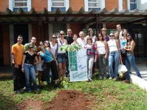 GGU plantando uma árvore e fixando uma placa em 2007 - 18 Anos