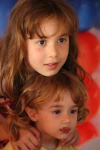 Leticia e Alicia no aniversário Raul Baldo-Mardegam, julho, 2014