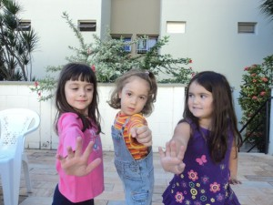 Leticia e as amigos Maitê e Nina, maio 2012.