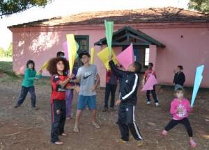 Leticia equilibrando uma folha de papel, Casarão - junho 2014