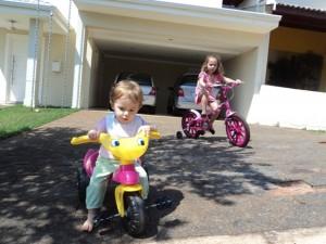 Leticia e Alicia - passeio em bicicleta, nov. 2012