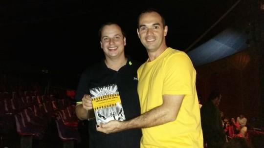 """Entregando o livro """"seguraça no circo"""" para Rody Jardim (Circo dos Sonhos), maio 2015"""