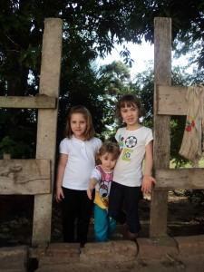 Meninas da porteira. Rio das Pedras, maio 2014