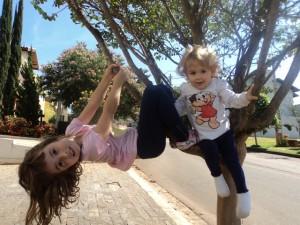 Meninas na árvore de casa, abril 2013