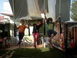 Ensaiando o Trapézio triplo com as amigas Nina e Mariah, set 2013.